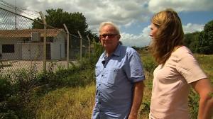 Pedro Casimiri met presentatrice Nannette Zonnenberg bij het voormalige juvenaat op Curaçao